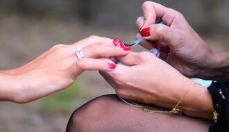 Gewone nagellak drogen met een UV-lamp