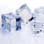ijsklontje op gezicht